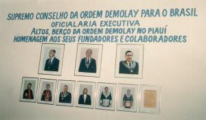 Galeria do Capítulo da cidade de Altos, berço da Ordem DeMolay no Piauí, que faz homenagem ao tio Mansur (meio) e tio Almeidinha (a esquerda do tio Mansur), nosso grande e poderoso patrono no Piauí.