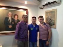 Na sede do SCODB, com os Irmãos Serqueira e Ramon, entre dois quadros que ordenam o Supremo, com a imagem dos líderes que nos fundaram e nos inspiram até hoje.